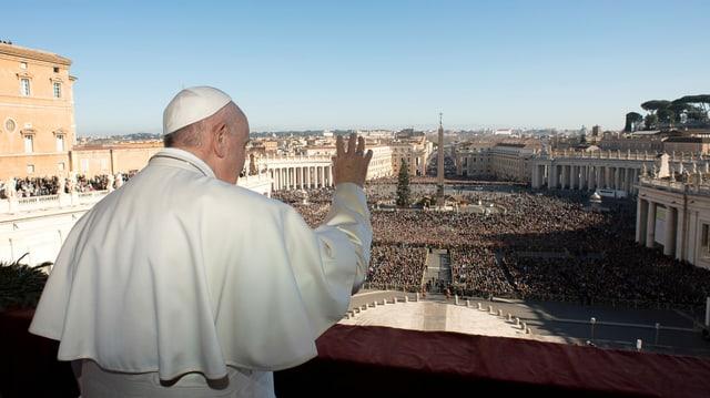Papst auf Loggia von hinten