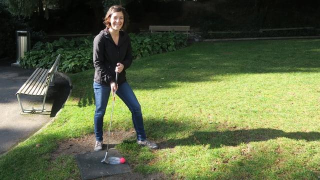 Céline Curty mit Golfschläger