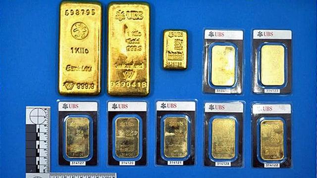 Goldbarren auf blauer Unterlage.