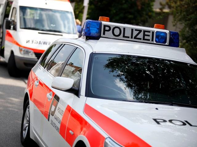 Zwei Polizeifahrzeuge stehen hintereinander