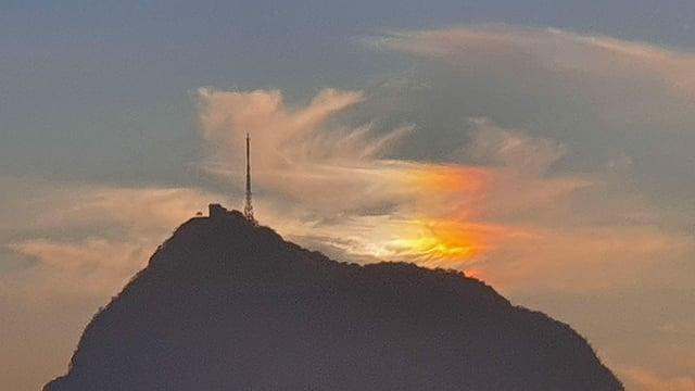 Lichtbrechung in rot und gelb an den Schleierwolken über dem San Salvatore.
