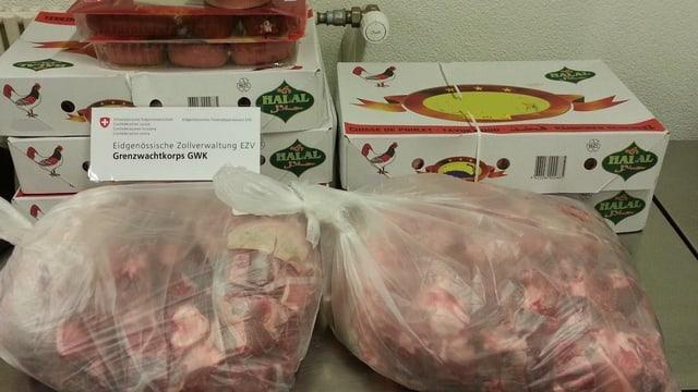 Zwei Plastiksäcke und ein paar Kartons mit dem geschmuggelten Fleisch.