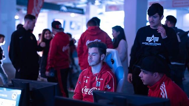 Dario Manta sitzt mit geschlossenen Augen vor seinem PC Bildschirm.