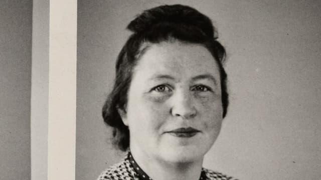 Schwarzweisses Porträtbild von Aina Aalto.