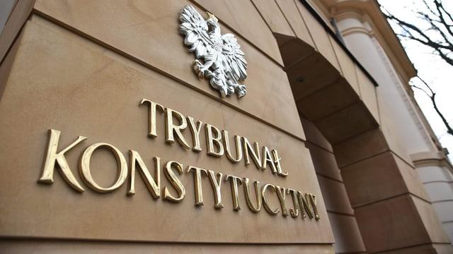 Fassade des polnischen Verfassungsgerichts, in goldenen Lettern angeschrieben.
