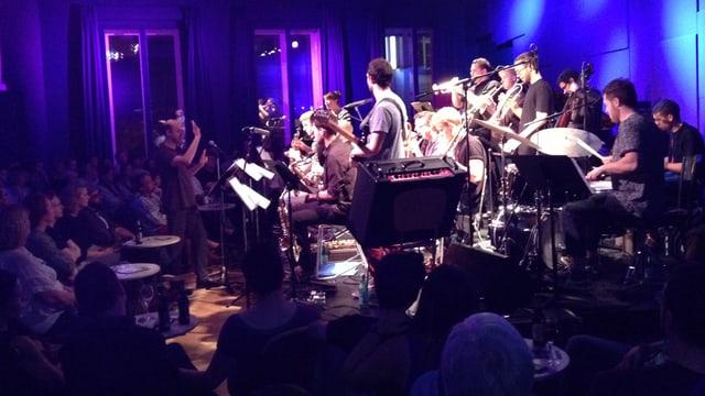 Die Big Band des Jazzcampus spielt vor Publikum im Club des Campus'.