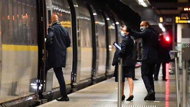 Zugpersonal besteigt Zug.