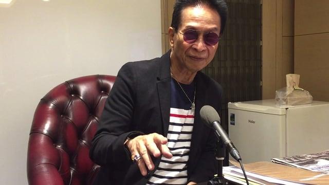 Panelo mit rosa Spiegelbrille beim Interview mit SRF.