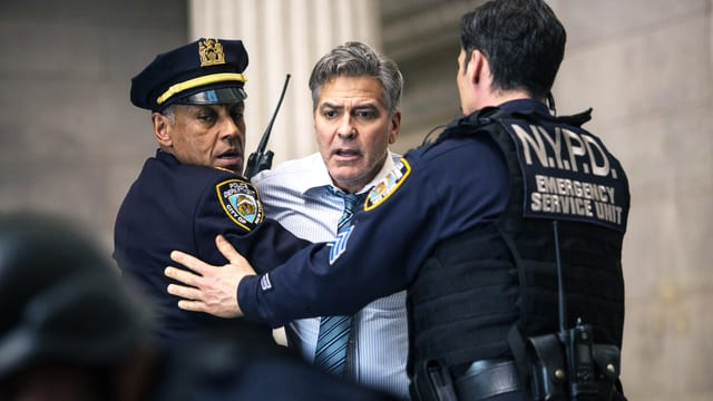 Mann wird von zwei Polizisten festgehalten.