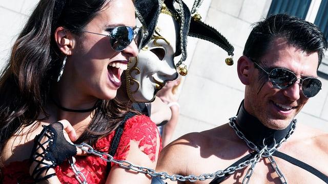 Drei kostümierte Streetparade-Besucher.