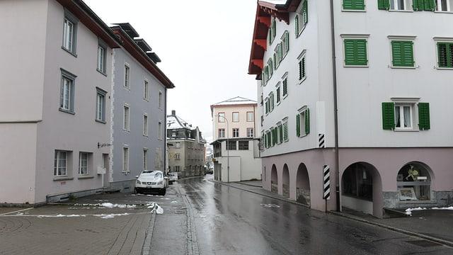 Foto da la via principala davent da la Casa Cumin a Mustér