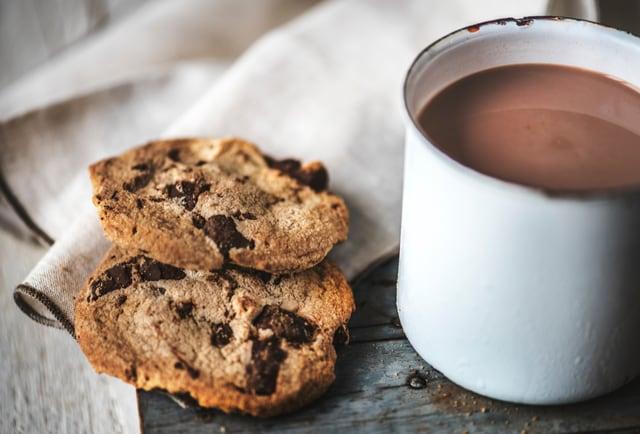Schokoladenkekse und eine Tasse heisse Schokolade.