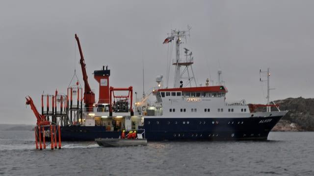 Das Forschungsschiff F.S. Alkor bringt die Mesokosmen aus.