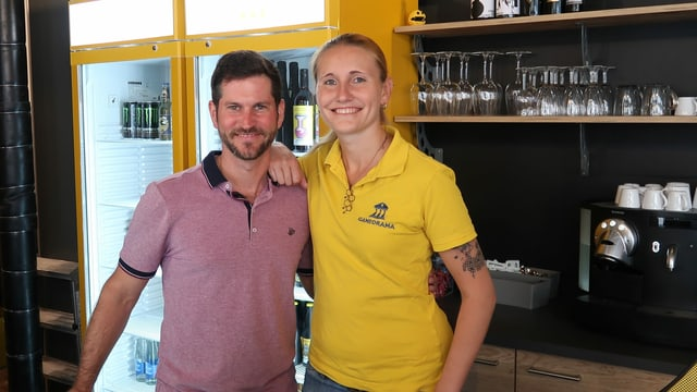 Ein Mann und eine Frau in bunten Shirts, sie sind in der Bar des Gameorama in Luzern.