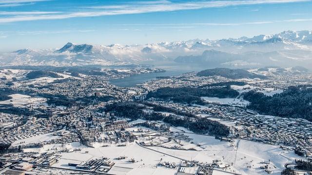 Stadt Luzern von oben gesehen an einem Wintertag mit den Alpen im Hintergrund.