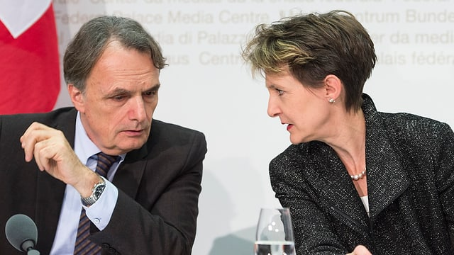 Il secretari da stadi per migraziun Mario Gattiker e cussegliera federala Simonetta Sommaruga.