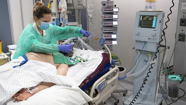 Covid-Patient und Pflegefrau