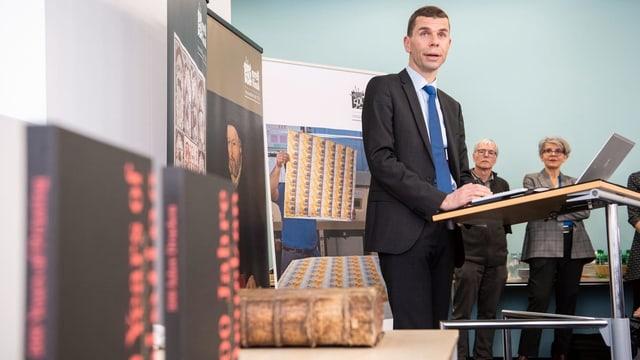 CEO Martin Buyle mit einer Zwingli-Bibel.