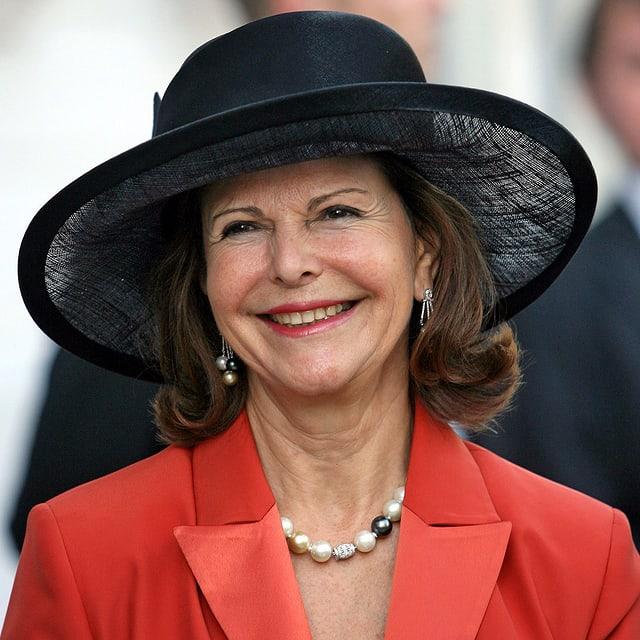 Königin Silvia mit schwarzem Hut.
