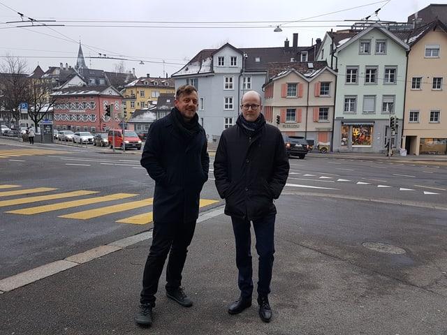 Zwei Männer vor Kreuzung
