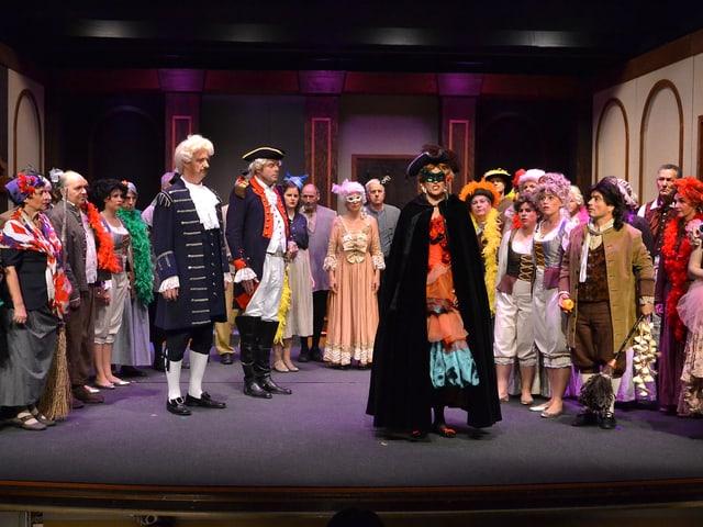 Blick auf eine Bühne, wo gerade die Operette «Madame Pompadour» aufgeführt wird.
