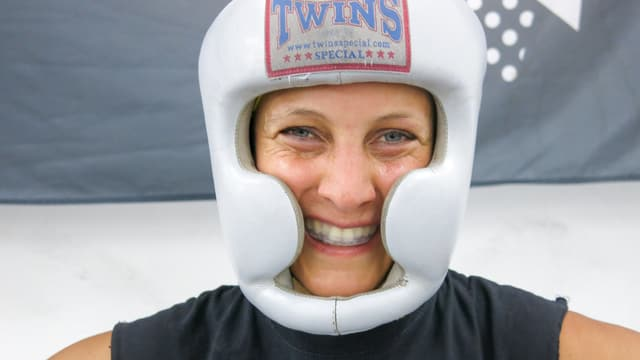 Sarah-Joy Rae trägt einen kopfschutz.