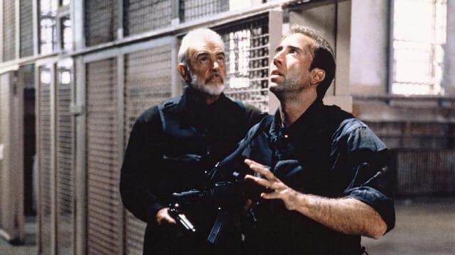 Zwei Männer mit Waffen.