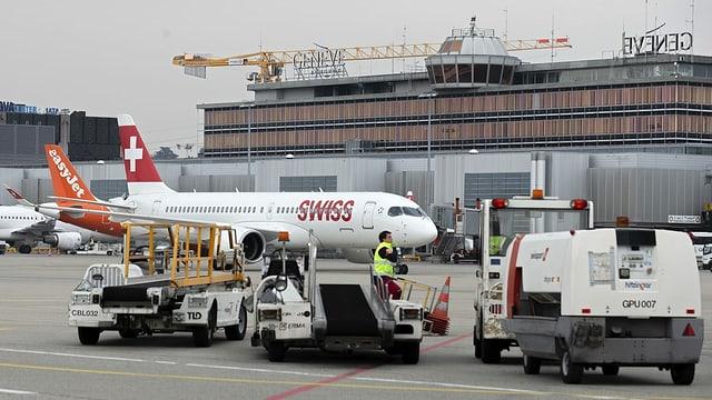Aviun da la Swiss a la plazza aviatica da Genevra.