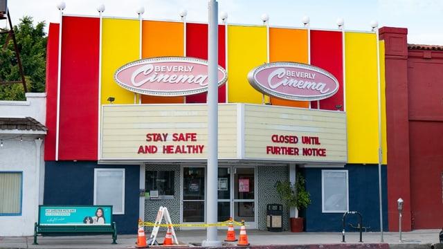 Eine altmodische Kinofassade in gelb-orange-rot.