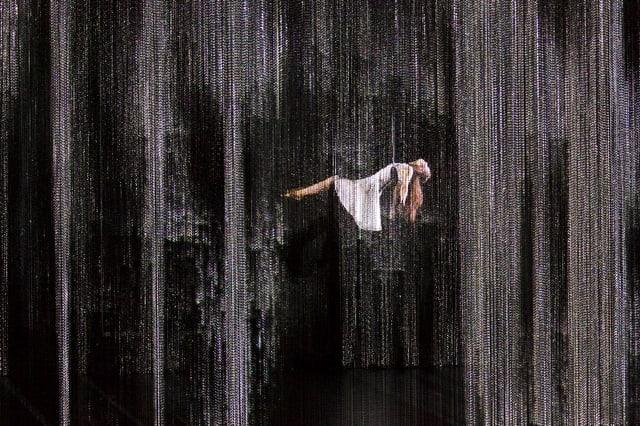 Prinzessin Aurora schwebt hinter einem silbrigen Vorhang aus Ketten.