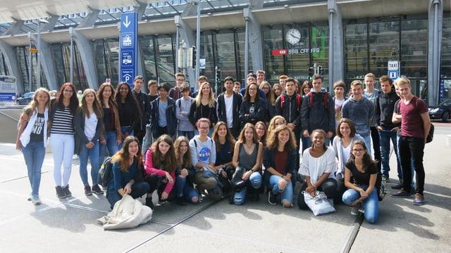 Gruppenfoto der Schulklassen aus Hitzkirch und La Neuveville.