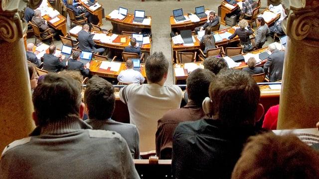 Blick über die Köpfe von Zuschauern in den Nationalratssaal.