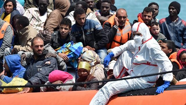 Fugitivs sin ina bartga da salvament da la guardia da costa taliana.