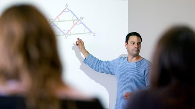 Ein Lehrer im Unterricht.