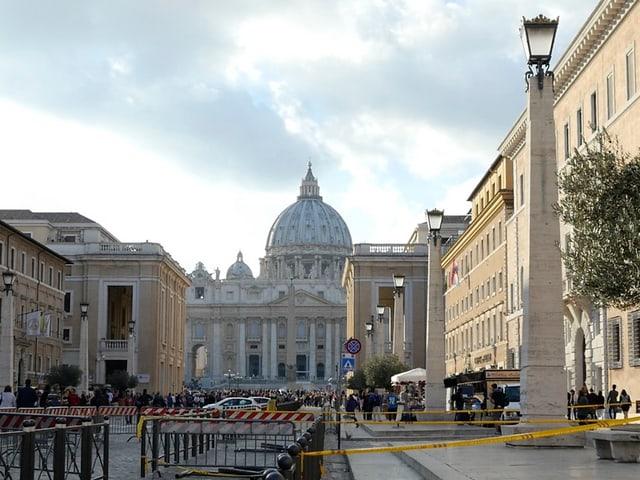 Petersdom im Hintergrund, am Ende einer Prachtsstrasse mit hohen alten Gebäuden beidseits.