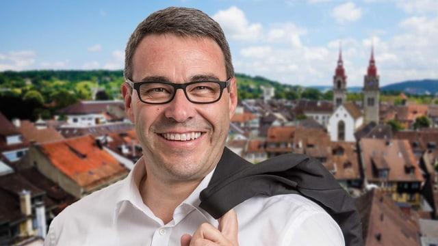 Lachender Mann mit weissem Hemd und Brille vor Winterthur