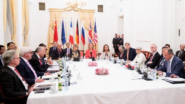 Ils represchentants da las pussanzas da veto da l'ONU, la Germania e l'Iran.