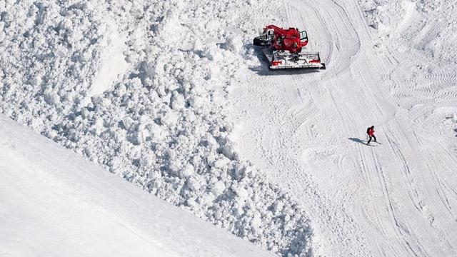 Schnee, Fahrzeug und Skifahrer