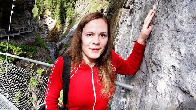 Monique Schwitter lehnt an einen Felsen.