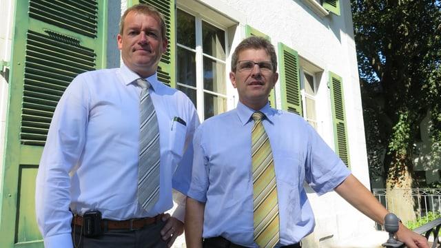 Patrick Widmer von der SP steht links neben Erich Fehr, dem Bieler Stadtpräsidenten von der SP.