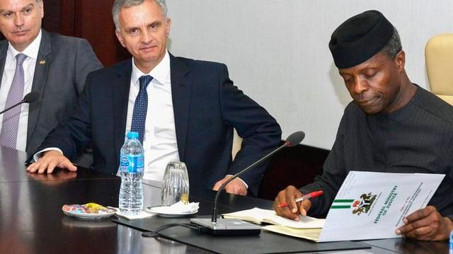 cusseglier federal Burkhalter suttascriva ina declaranza d'intenziun per restituir a la Nigeria 321 milliuns dollars