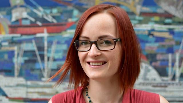 Porträt einer Frau mit roten Haaren.