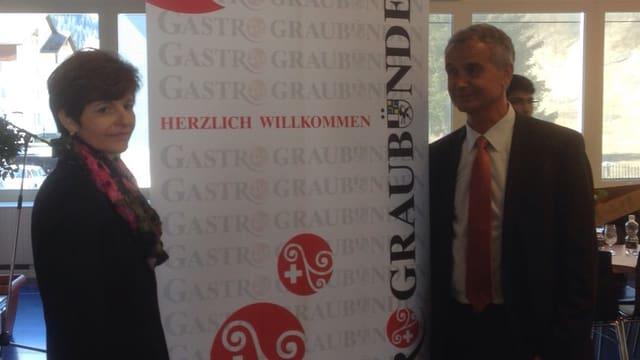 Annamaria Giger e Franz Sepp Caluori avant in placat da Gastro Grischun