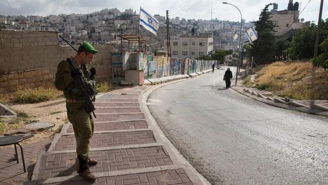 Ein israelischer Soldat bewacht eine jüdische Enklave in Hebron in der Westbank.