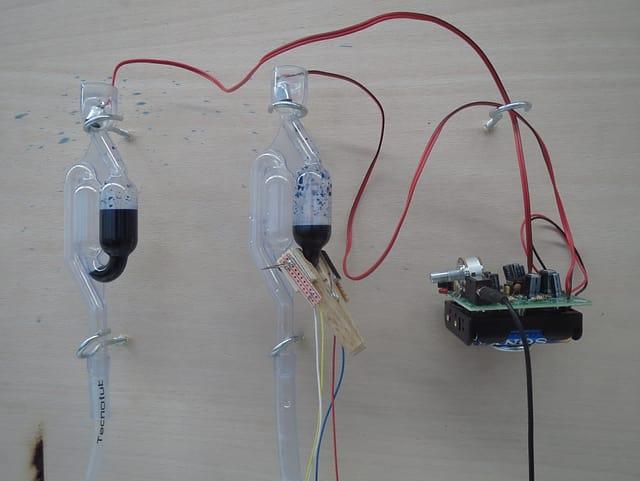 Eine Apparatur mit blauer Flüssigkeit.