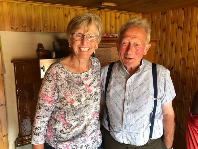 Ein älteres lachendes Ehepaar.
