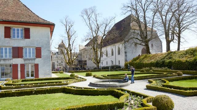 2 alte Häuser mit einem schönen Garten im Vordergrund