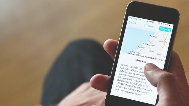 Eine Person sieht sich auf einem Handy-Bildschirm eine Geschichte des News-Start-ups «Circa» an.
