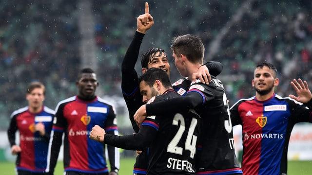 Sis giugaders da l'^FC Basilea festegieschan il 7:0 cunter Son Gagl en in gieu da Super League