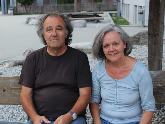 Ein älteres Paar sitzt auf einer Bank.